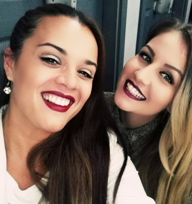 Moja drugarica Milica i ja smo pravi primer da crveni karmin stoji i crnki i plavuši...i nosimo ga sa osmehom :)