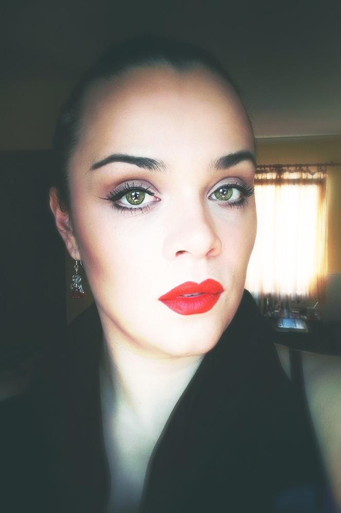 To sam samo ja :) I uz svoj make up vam dajem primer kako se možete našminkati uz crveni karmin