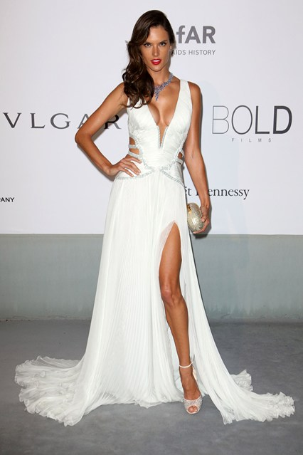 Alessandra-Ambrosio-Vogue-23May14-Rex_b_426x639